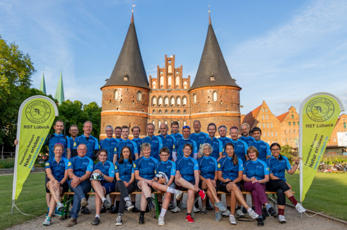 Ausgabe und Gruppenfoto RST Lübeck Jubiläumstrikots